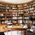 FAUX BOIS : Dans la bibliothèque d'un appartement parisien, détail du décor en marqueterie de loupe de noyer et ébène