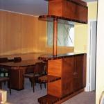 FAUX BOIS : Sur le vaisselier desserte réalisé en médium sur mesure, imitation du motif en marqueterie de bois Art Déco de la table de la salle à manger.