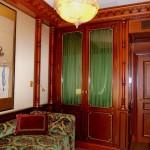 FAUX BOIS : Dans un bureau d'un appartement monégasque, boiseries en acajou, avec rehauts foncés et filets dorés.