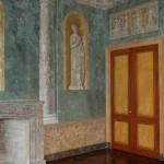 FAUX BOIS : Dans le salon en trompe l'œil d'un château classé, doubles portes en ronces de citronnier et acajou avec panneautages en fausse moulure.(création/collaboration P.F Battisti)