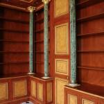 FAUX BOIS : Dans la bibliothèque d'un château classé, détail du décor de style empire en loupe d'orme, acajou et filets d'ébène, avec fausses moulures, colonnes en faux marbres et or fin. (création/collaboration P.F Battisti)