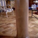 FAUX BOIS : Dans un salon parisien en boiseries de chêne du XVIIIe siècle, décor de ton assorti sur les colonnes.