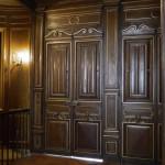 FAUX BOIS : Dans un appartement parisien de style néogothique, réalisation et restauration des boiseries en chêne foncé, avec ajouts de filets dorés.