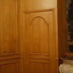 FAUX BOIS : Dans la salle à manger d'une demeure d'Ile de France, détail du décor de boiseries en Pitch Pin.