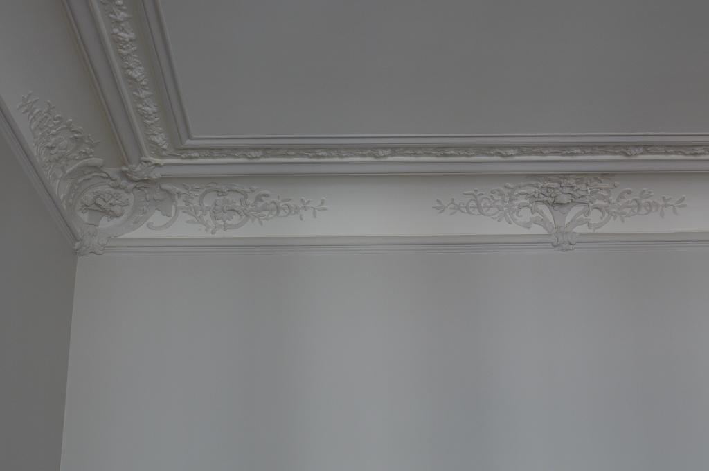 Ornementations d un plafond filets et motifs peintres for Staff decoratif clamart