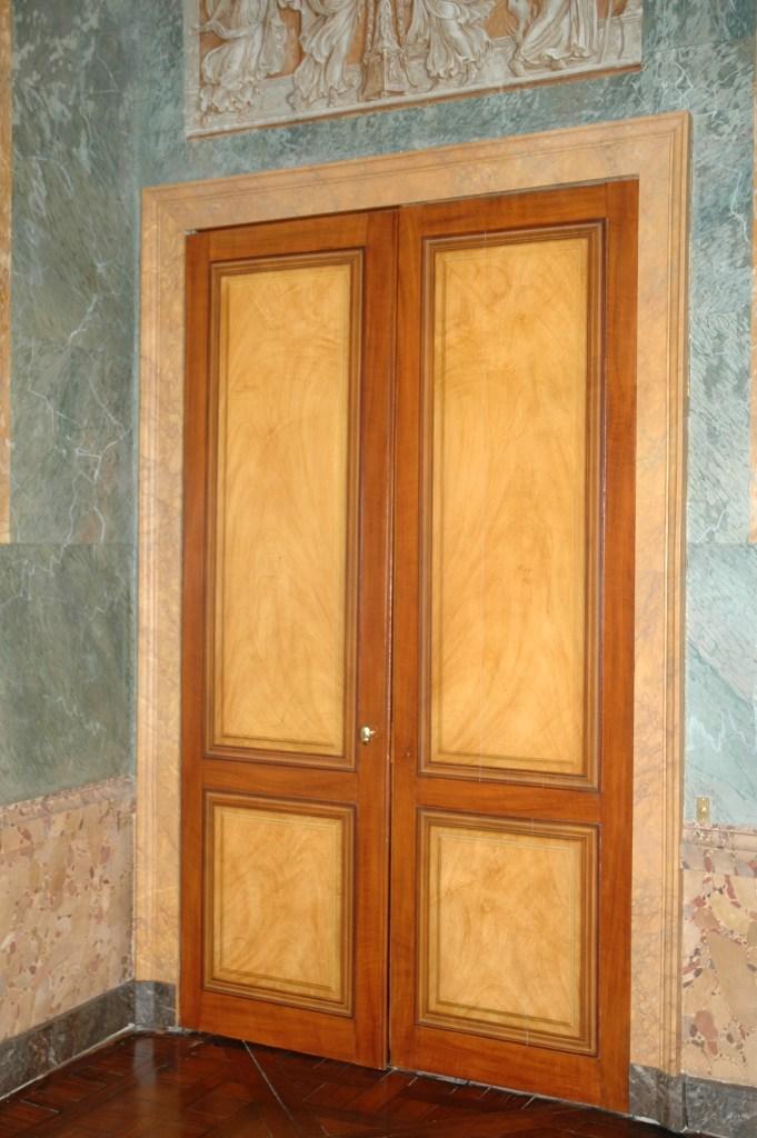 Faux bois faux marbre et fausses moulures peintres for Moulure porte exterieur