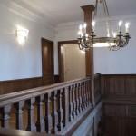 FAUX BOIS : Dans le salon et grand escalier d'un château de style néogothique, restauration partielle du plafond 'à la française' et des boiseries en imitation chêne. Reprise des portes et embrasures.