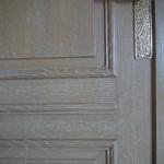 FAUX BOIS : Dans le salon d'un appartement parisien de style contemporain, réalisation de l'imitation du chêne cérusé des boiseries des murs (détail)