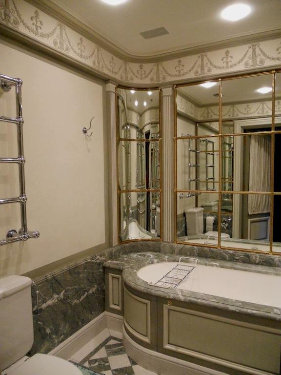D cor peint dans une salle de bain de style n oclassique for Decoration fou plafond