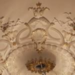DORURE : Rehauts dorés des motifs ornementés de la rosace au plafond d'un salon parisien. (Détail)