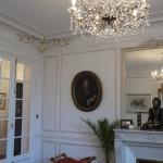 Dorures : Dans le salon d'un appartement Haussmannien, sobre décor de filets gris et dorures
